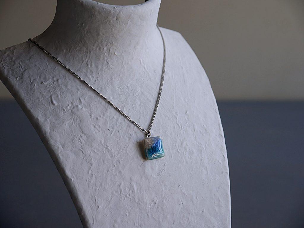 青い陶磁ネックレス